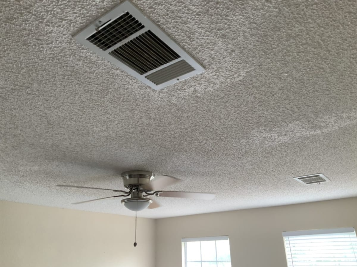 popcorn ceiling with ceiling fan and air vent